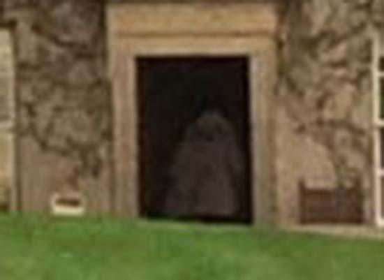 fantasma mujer castillo escoces - Familia fotografía el fantasma de una mujer con su hijo en brazos en un castillo escocés