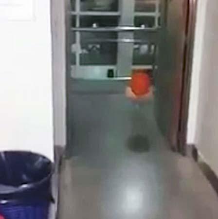 globo poseido hospital - Un globo poseído persigue a los trabajadores de un hospital en Argentina