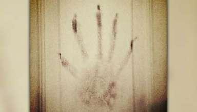 mano demoniaca 384x220 - Víctima de una posesión pide ayuda después de fotografiar una mano demoníaca en su habitación