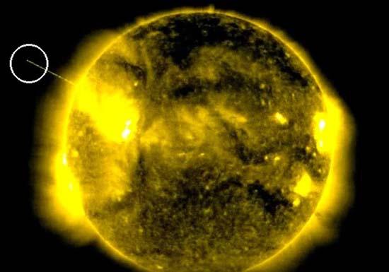 ovni absorbiendo la energia del sol - Imágenes de la NASA muestran un enorme OVNI absorbiendo la energía del Sol