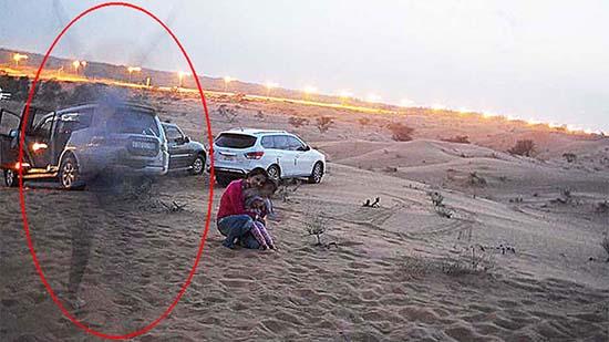 presencia espectral desierto emiratos arabes - Familia fotografía una presencia espectral en un desierto de los Emiratos Árabes