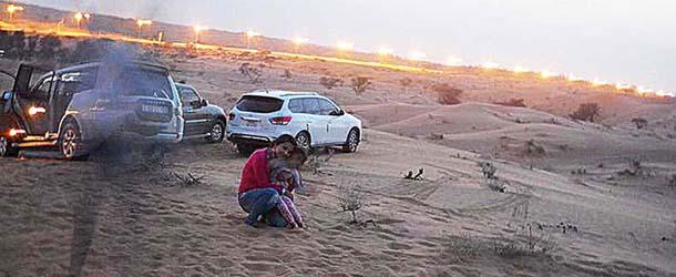 presencia espectral emiratos arabes - Familia fotografía una presencia espectral en un desierto de los Emiratos Árabes
