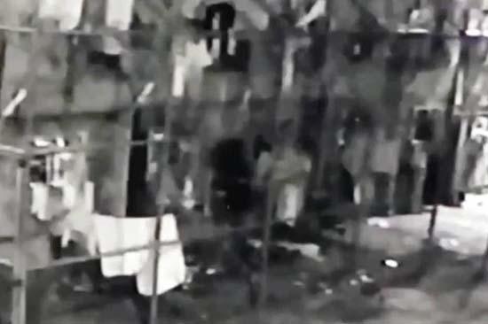 espeluznante figura oscura carcel brasil - Cámara de seguridad muestra una espeluznante figura oscura en una cárcel de Brasil