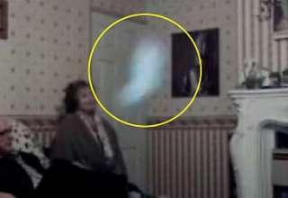 fantasma monje negro 320x220 - Abuela británica asegura estar siendo acosada por el fantasma del Monje Negro, y tiene un vídeo que lo demuestra