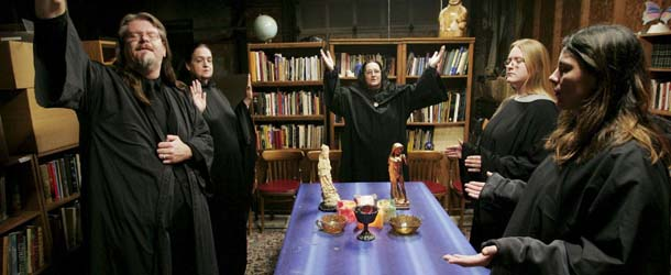 Brujas de todo el mundo realizan un ritual de Magia Negra en masa contra el presidente Trump