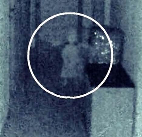 nina fantasma ayuntamiento - Político español fotografía una niña fantasma en un ayuntamiento