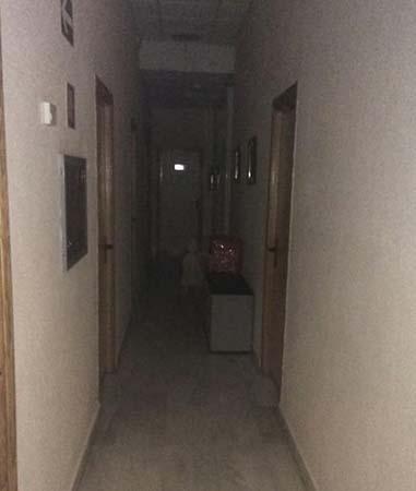 nina fantasma en ayuntamiento - Político español fotografía una niña fantasma en un ayuntamiento