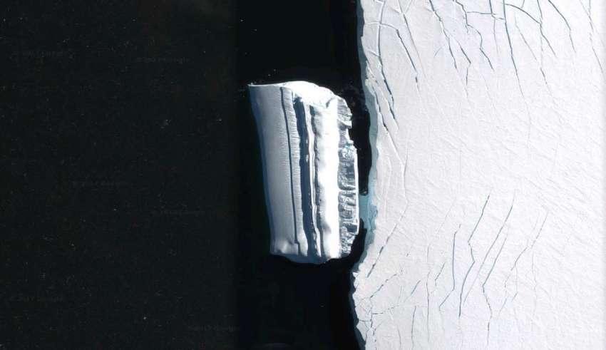base extraterrestre iceberg 850x491 - Descubren una base extraterrestre en forma de iceberg cerca de la costa antártica