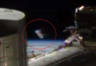 cilindro extraterrestre 320x220 - Aparece un extraño cilindro extraterrestre delante de las cámaras de la Estación Espacial Internacional