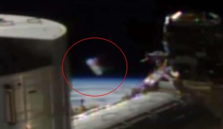 cilindro extraterrestre 850x491 - Aparece un extraño cilindro extraterrestre delante de las cámaras de la Estación Espacial Internacional