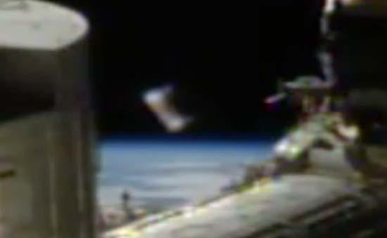 cilindro extraterrestre estacion espacial internacional - Aparece un extraño cilindro extraterrestre delante de las cámaras de la Estación Espacial Internacional