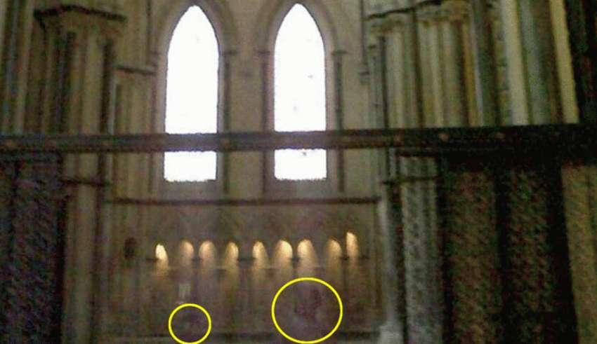 fantasma nino madre 850x491 - Fotografían el fantasma de un niño con su madre en la catedral inglesa de Lincoln