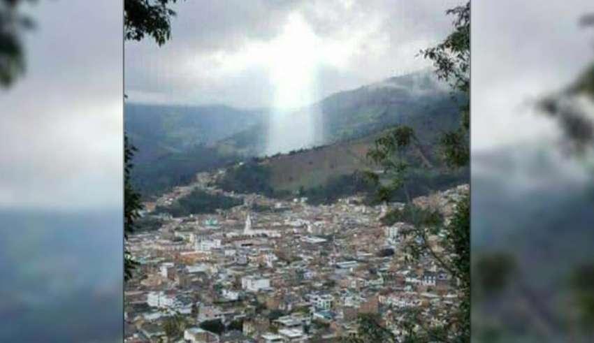 figura de jesus ciudad colombiana 850x491 - Figura de Jesús aparece sobre una ciudad colombiana después de un desastre natural
