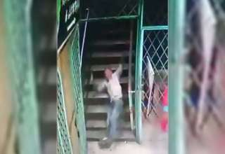 fuerza sobrenatural escaleras 320x220 - Cámara de seguridad muestra una fuerza sobrenatural tirando a las transeúntes por unas escaleras