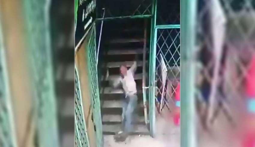 fuerza sobrenatural escaleras 850x491 - Cámara de seguridad muestra una fuerza sobrenatural tirando a las transeúntes por unas escaleras