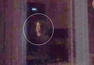 "nino ojos negros 320x220 - Graban en vídeoun ""niño de ojos negros"" mirando por una ventana"