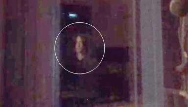 "nino ojos negros 384x220 - Graban en vídeoun ""niño de ojos negros"" mirando por una ventana"