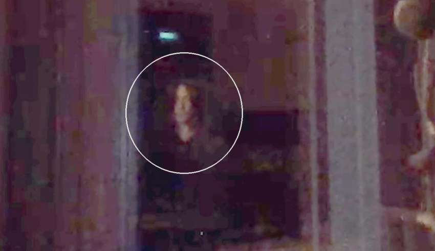 "nino ojos negros 850x491 - Graban en vídeoun ""niño de ojos negros"" mirando por una ventana"