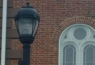 salem farola 320x220 - Alcaldesa de Salem fotografía un rostro fantasmal en una farola