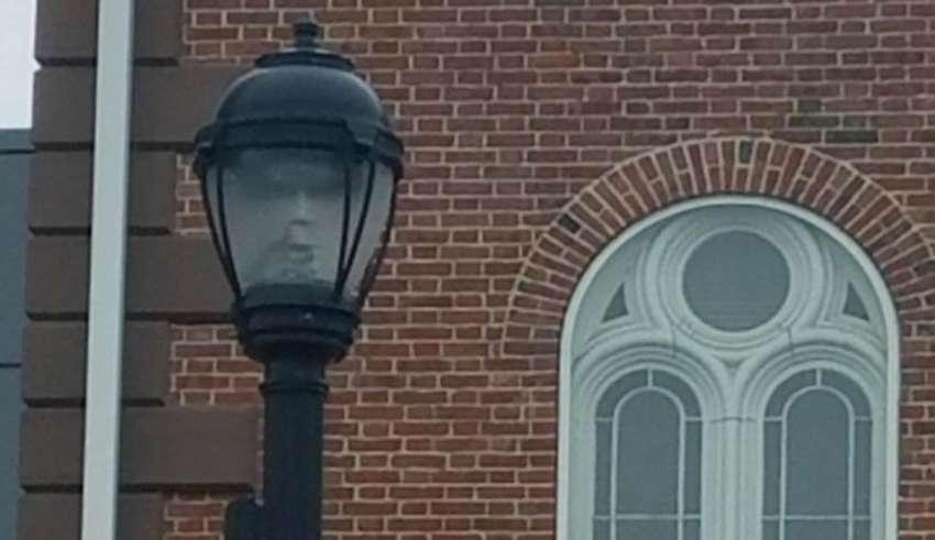 salem farola 850x491 - Alcaldesa de Salem fotografía un rostro fantasmal en una farola