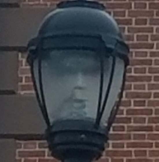 salem rostro fantasmal farola - Alcaldesa de Salem fotografía un rostro fantasmal en una farola