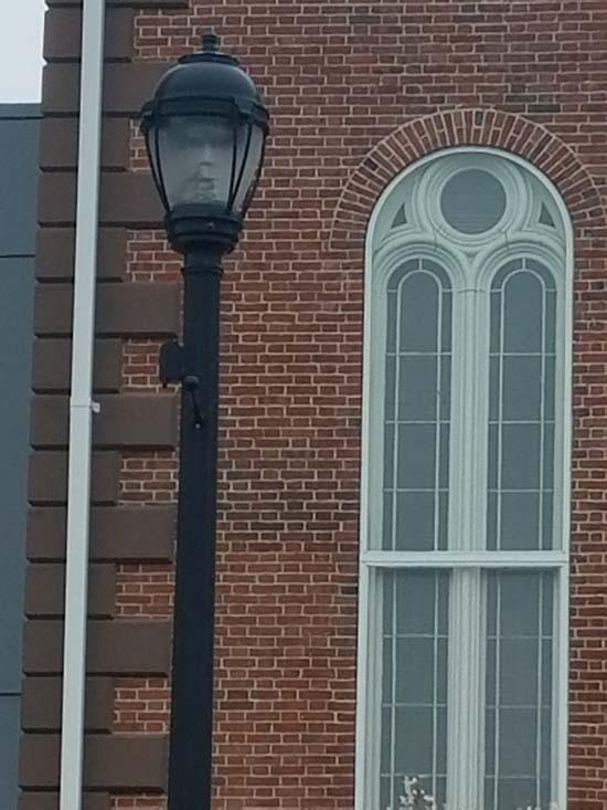 salem rostro fantasmal - Alcaldesa de Salem fotografía un rostro fantasmal en una farola
