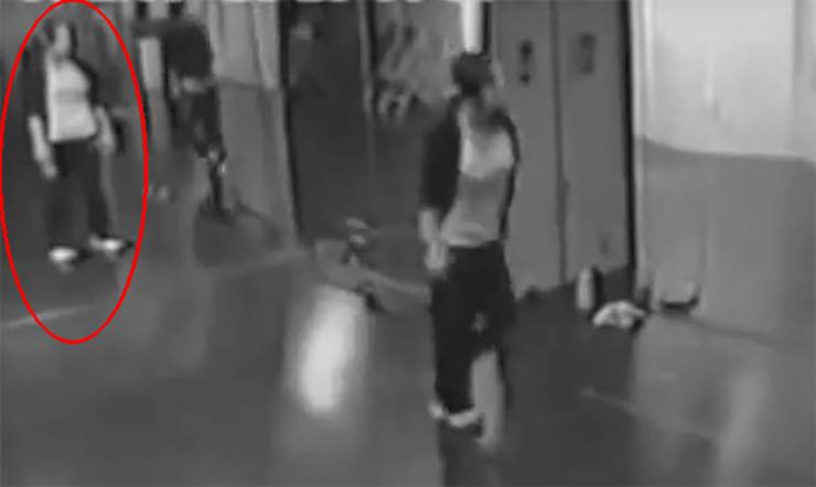 fantasma en el espejo - Inquietante vídeo muestra un fantasma en el espejo de un centro de baile