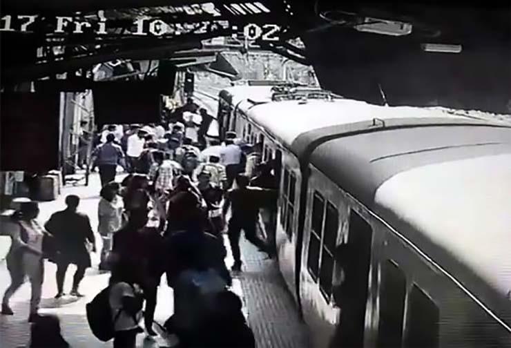 fantasma de una mujer tren - Pasajeros aterrorizados dicen que el fantasma de una mujer desapareció después de saltar delante de un tren