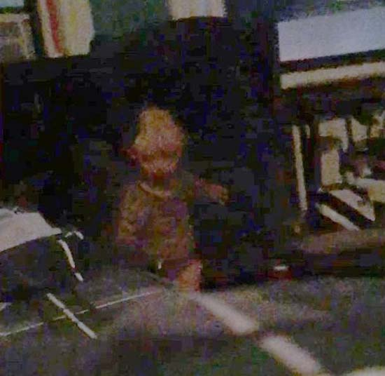 acosado bebe demoniaco - Ilustrador neoyorquino asegura estar siendo acosado por un bebé demoníaco y tiene fotos para probarlo