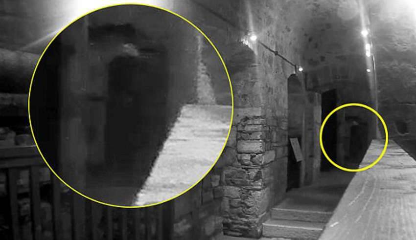 figura fantasmal carceles 850x491 - Matrimonio graba la macabra figura fantasmal de un hombre ahorcado en una de las cárceles más embrujadas del Reino Unido