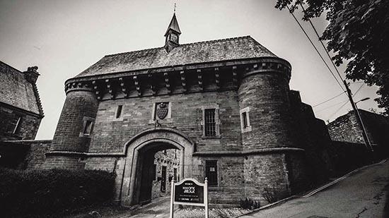 figura fantasmal carceles embrujadas - Matrimonio graba la macabra figura fantasmal de un hombre ahorcado en una de las cárceles más embrujadas del Reino Unido