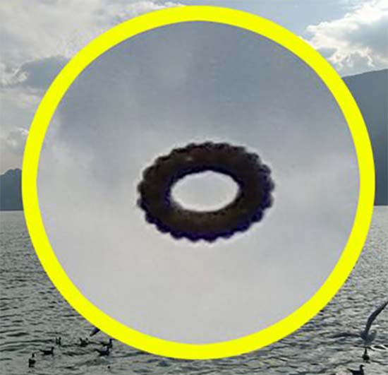 ovni rosquilla flotando lago china - Turista fotografía un OVNI en forma de rosquilla flotando sobre un lago de China