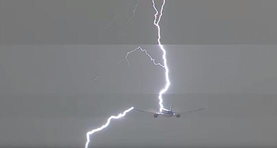 relampago avion ovni - Un relámpago impacta en un avión segundos después de que aparezca un OVNI