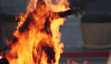 combustion espontanea humana 384x220 - Decenas de testigos ven como un hombre muere quemado por combustión espontánea humana en una calle de Londres