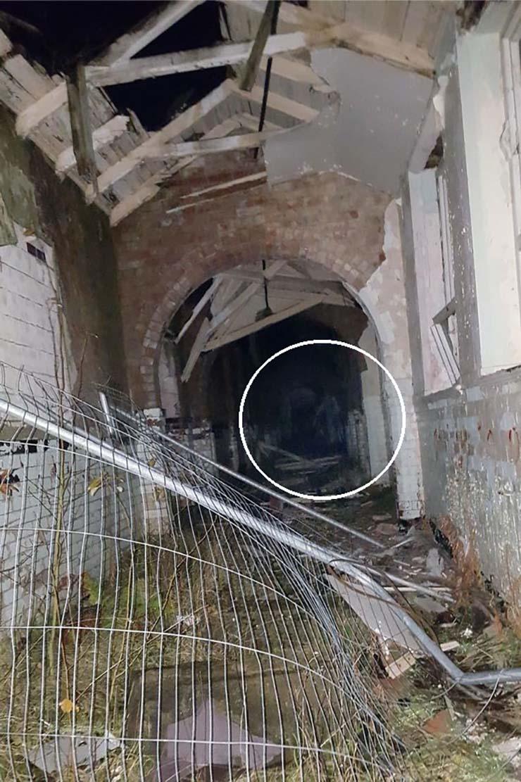 entidad fantasmal hospital gales - Una estudiante fotografía una entidad fantasmal en un hospital psiquiátrico abandonado de Gales