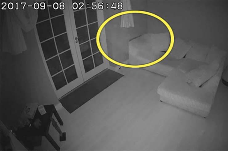 fantasma casa en inglaterra - Cámaras de seguridad captan el momento en que un fantasma flota a través de una casa en Inglaterra