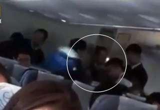 pasajera avion poseida 320x220 - Pasajera de un avión poseída por espíritus malignos provoca un aterrizaje de emergencia en China