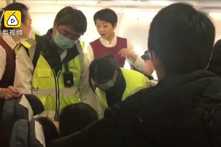 pasajera avion poseida espiritus - Pasajera de un avión poseída por espíritus malignos provoca un aterrizaje de emergencia en China