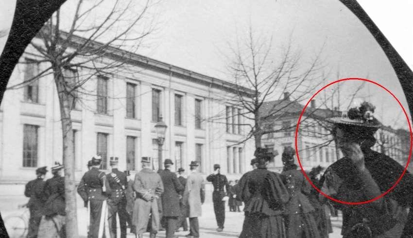 1890 mujer smartphone 850x491 - EXCLUSIVA: Fotografía de 1890 tomada con una cámara espía muestra una mujer hablando por un Smartphone