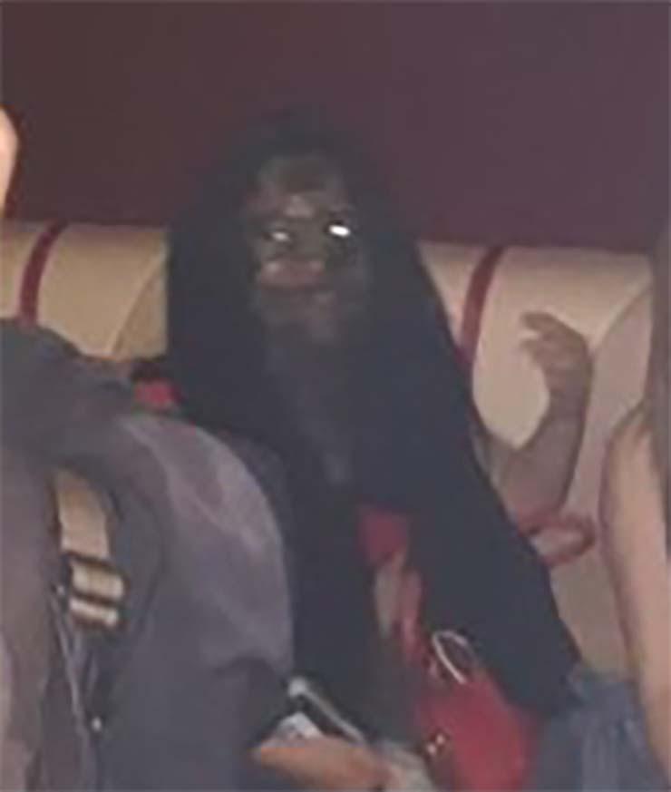 fantasma indonesia - Escalofriante imagen muestra un fantasma vampírico durante una redada en un bar de Indonesia