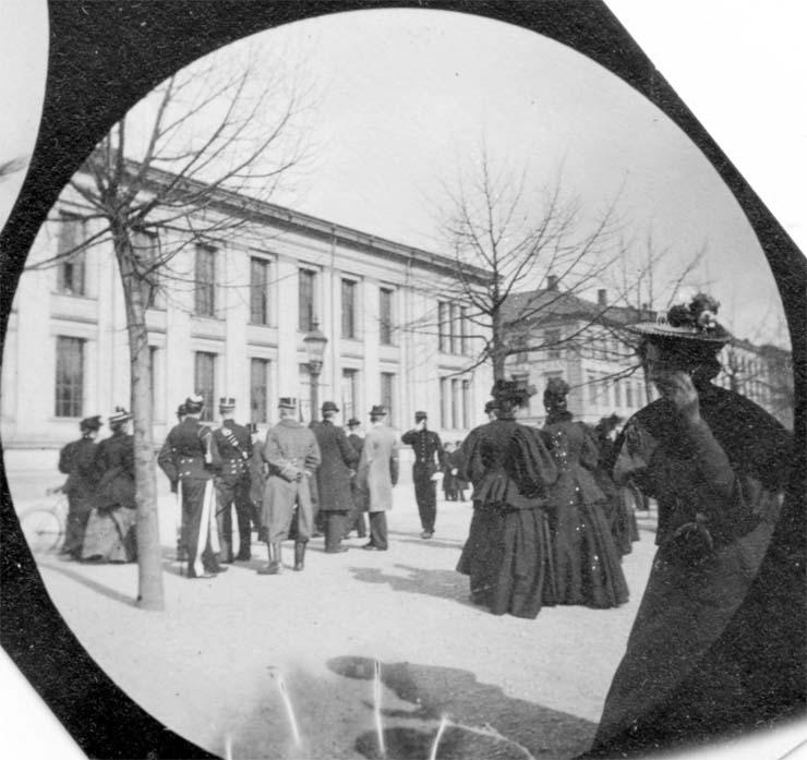 fotografia 1890 mujer smartphone - EXCLUSIVA: Fotografía de 1890 tomada con una cámara espía muestra una mujer hablando por un Smartphone