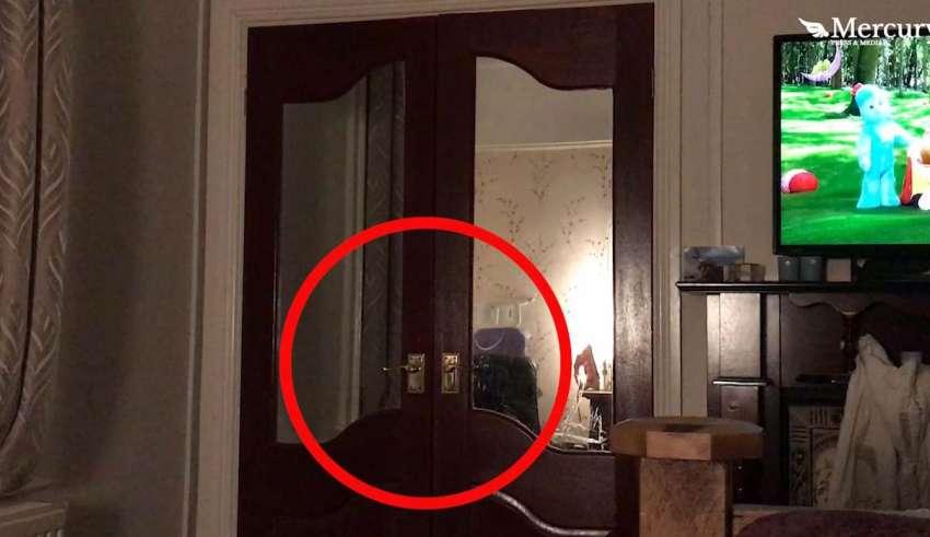 fantasma armario 850x491 - Un padre graba el escalofriante momento en que un fantasma cierra la puerta de un armario