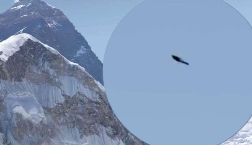 ovni monte everest 850x491 - Fotografía de una alpinista muestra un OVNI sobre el monte Everest