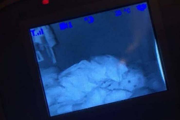 vigilabebes figura hija - Madre inglesa ve en la pantalla del vigilabebés una aterradora presencia detrás de su hija
