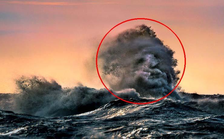 espeluznante rostro lago canadiense - Un fotógrafo logra captar un rostro fantasmal emergiendo desde una ola en un lago canadiense