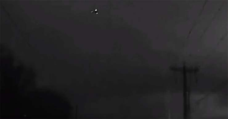 ovni estados unidos - Graban un impresionante OVNI triangular sobre una carretera de Estados Unidos