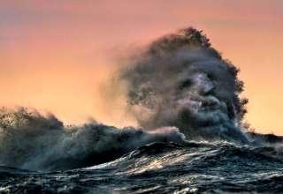 rostro fantasmal lago 320x220 - Un fotógrafo logra captar un rostro fantasmal emergiendo desde una ola en un lago canadiense