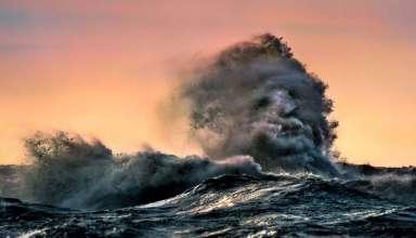 rostro fantasmal lago 384x220 - Un fotógrafo logra captar un rostro fantasmal emergiendo desde una ola en un lago canadiense
