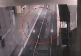 tren fantasma china 320x220 - Cámaras de seguridad graban el espeluznante momento en que un tren fantasma entra en una estación de China