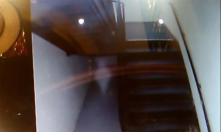 fantasma nino oculto escaleras - Graban el fantasma de niño oculto debajo de unas escaleras